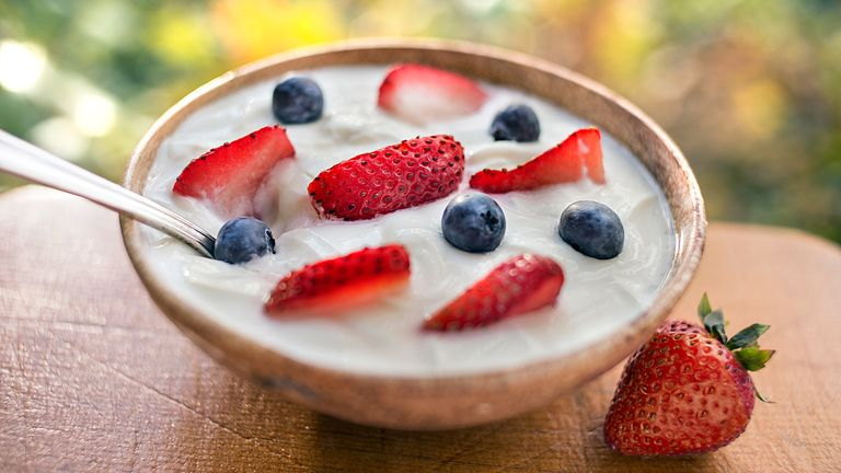 what-nutritionists-order-when-they-go-out-for-brunch-Be-Wary-of-the-Added-Sugar-Lurking-in-Yogurt-Parfaits-1440x810